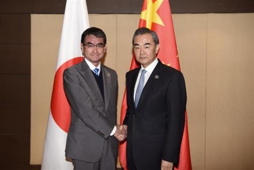 Ngoại trưởng Nhật Taro Kono và người đồng cấp Trung Quốc Vương Nghị trong cuộc gặp hôm qua tại Manila, Philippines. Ảnh: