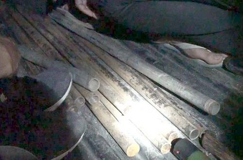 Nhiều tuýp sắt bị thu giữ. Ảnh: Thái Hà