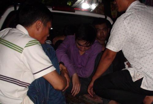 Tám thanh niên bị bắt giữ để điều tra về hành vi Hủy hoại tài sản. Ảnh: Thái Hà