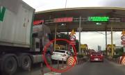 Honda Civic bị xe container đâm móp đuôi vì giành đường ở trạm thu phí
