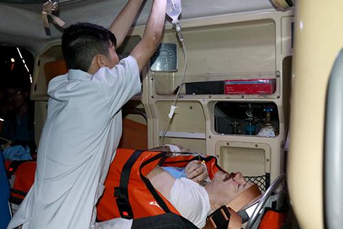 Nhân viên y tế cùng xe cứu thương túc trực cứu bệnh nhân. Ảnh: Xuân Ngọc