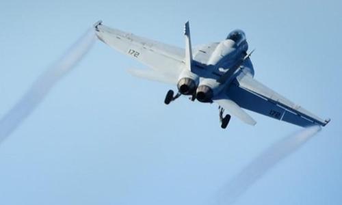 Một phi cơ F-18 cất cánh từ tàu USS Nimitz tháng 10/2016. Ảnh: Reuters.