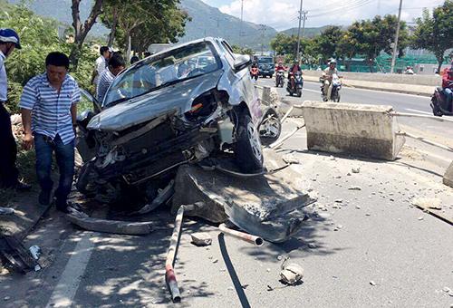 Ôtô hư hỏng sau tai nạn. Ảnh: CSGT