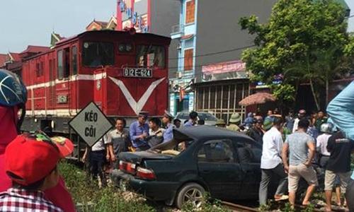 Tàu hỏa kéo lê ôtô, chủ tịch hội khuyến học huyện tử vong