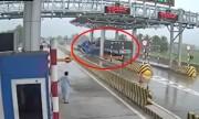 Video khoảnh khắc ôtô tông nát quầy vé trạm thu phí ở Khánh Hòa