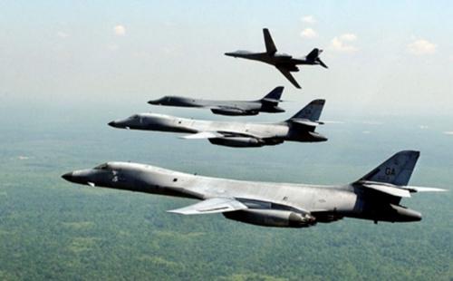 Các máy bay ném bom B-1B dàn đội hình. Ảnh: USAF.
