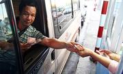 Nhiều tài xế đưa tiền lẻ, trạm thu phí Cai Lậy ùn tắc 4 km