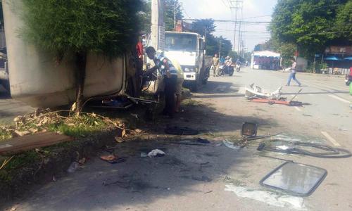 Xe đầu kéo tông người đi đường Sài Gòn, lao vào trụ điện