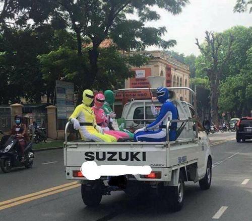 Năm anh em siêu nhân trên một chiếc xe con.