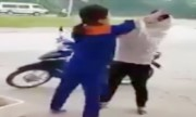 Nhân viên cây xăng túm tóc khách hàng vì bị tố gian lận