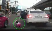 Bé gái văng khỏi ôtô, tài xế vẫn không biết