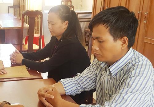 Hai nhân viên nhà mạng dỏm thừa nhận hành vi lừa đảo của mình tại cơ quan công an. Ảnh: Phúc Hưng.