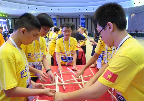 Hai nam sinh Sài Gòn giành huy chương bạc Olympiad Toán học