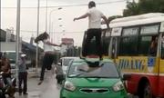 Cô gái nhảy múa trên nóc ôtô bị tài xế đấm ngã xuống đất