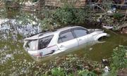 Toyota Fortuner mất lái lao xuống ao, vỡ nát đầu