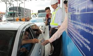 Tài xế tiếp tục trả tiền lẻ buộc trạm Cai Lậy phải ngưng thu phí