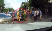 Ôtô giúp xe cảnh sát truy đuổi taxi như phim hành động