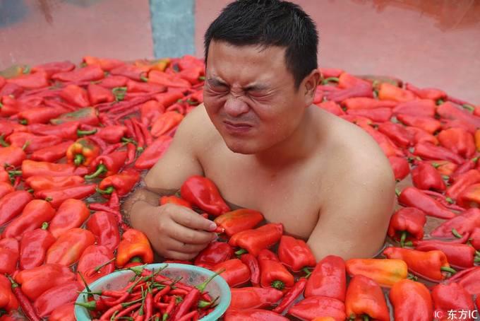 Cuộc thi ngâm mình và ăn ớt cay xé lưỡi ở Trung Quốc