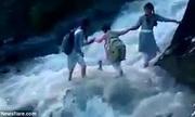 Học sinh Ấn Độ vượt lũ xiết đến trường