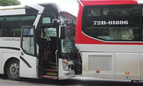 Xe khách được ôtô giường nằm dìu khi mất phanh trên đèo Bảo Lộc