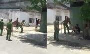 10 cảnh sát vây quanh nam thanh niên cầm dao tự cứa cổ mình