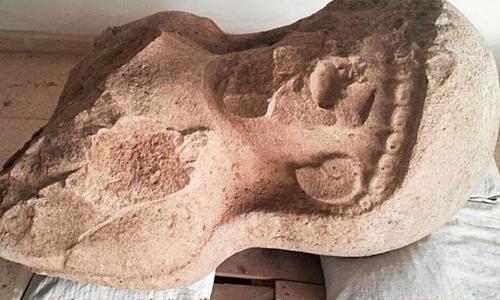 Tàn tích của bức tượng phụ nữ được phát hiện ở tổ hợp cổng thành. Ảnh: Dự án Khảo cổ Tayinat.