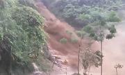 Lũ ống đổ như thác xuống mặt đường ở Hà Giang