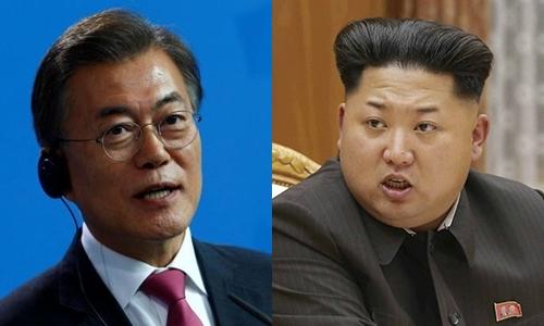 Tổng thống Hàn Quốc Moon Jae-in (trái) và nhà lãnh đạo Triều Tiên Kim Jong-un. Ảnh: Reuters/KCNA.