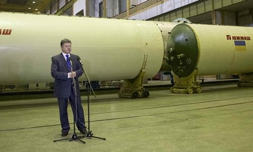 Tổng thống Petro Poroshenko thăm nhà máy Yuzhmash ở