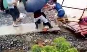 Cô gái Trung Quốc thoát tử thần khi băng qua lũ dữ