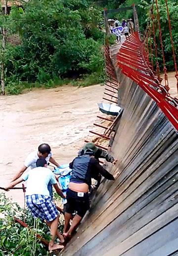 Chiều 15/8, cầu treo tại xã Nà Nhạn (huyện Điện Biên) bị đứt cáp khiến người và phương tiện đang lưu thông mắc kẹt; lực lượng chức năng địa phương đã tham gia cứu hộ.