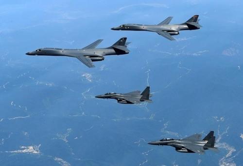 Máy bay ném bom B-1B và chiến đấu cơ F-15 tập trận hôm 7/7. Ảnh: Reuters.