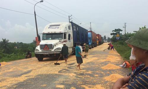 container-lam-roi-hang-tan-ngo-dan-lao-vao-hoi-cua