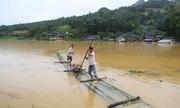 Dân Lào Cai chế bè vượt lũ
