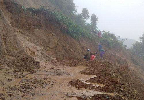 huyện Điện Biên Đông bị chia cắt hoàn toàn do sạt lở tại 2 điểm quốc lộ 12 là: Km235 và Km235+200 thuộc địa phận bản Keo Lôm 2, xã Keo Lôm. Ước tính khối lượng đất đá sạt lở lên đến hàng nghìn mét khối.