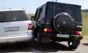 Hai tài xế Mercedes chèn nhau vỡ xe