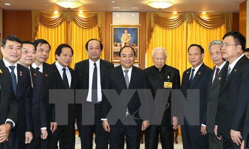 Chủ tịch Hội đồng cơ mật Thái Lan, thứ hai từ phải sang, đón Thủ tướng Nguyễn Xuân Phúc. Ảnh: TTXVN.