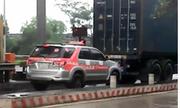 Taxi bám đuôi container để trốn vé BOT thu phí