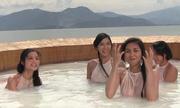 Có bao nhiêu người đẹp đang tắm bên sông cùng các chàng trai?