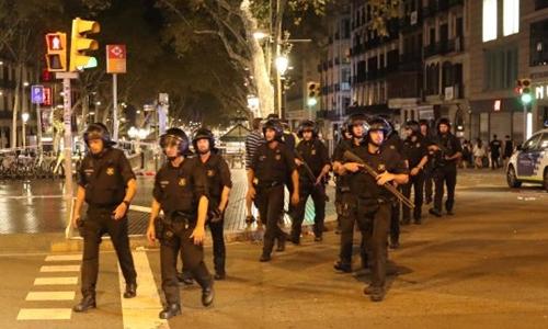 Cảnh sát Tây Ban Nha tại hiện trường vụ đâm xe khủng bố ở Barcelona. Ảnh: Reuters.
