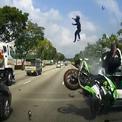 Đâm thẳng ôtô đang dừng, biker bay lên trời như chim