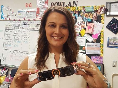 Cô giáo Mỹ gây quỹ mua kính quan sát nhật thực cho học sinh