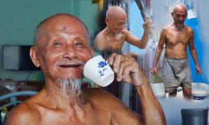 Cụ ông Sài Gòn 80 tuổi bổ củi, xách nước như thanh niên