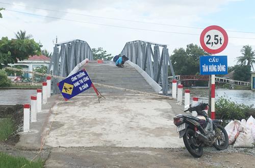 Lãnh đạo xã bỏ biến cấm qua cầu, cho ôtô chở vật tư vào nhà