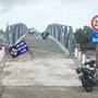 Lãnh đạo xã bỏ biển cấm qua cầu, cho ôtô chở vật tư vào nhà