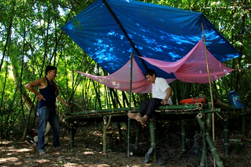 Dân Huế dựng lán trại chống cát tặc trên sông