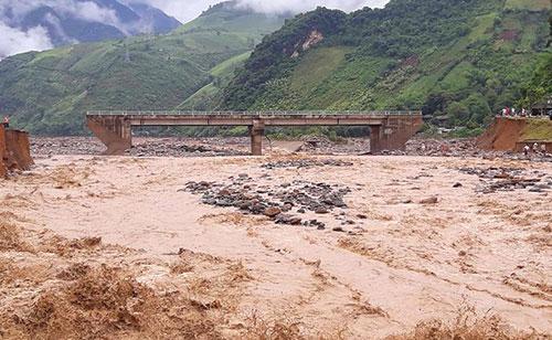 Cầu Nặm Păm (xã Nặm Păm) trên quốc lộ 279D bị sập toàn bộ 2 mố, cắt đứt tuyến đường từ Lai Châu đi Sơn La, bốn xe tải bị lũ cuốn trôi.