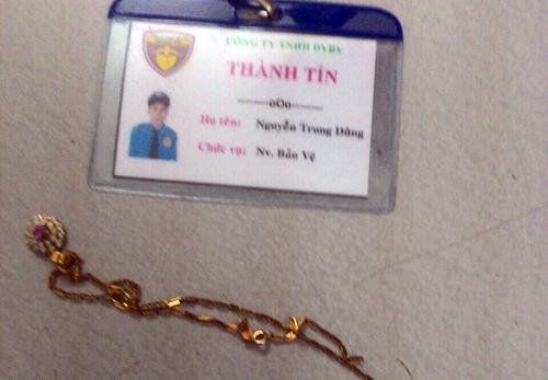 nguoi-phu-nu-o-sai-gon-giang-lai-day-chuyen-tu-ten-cuop-1