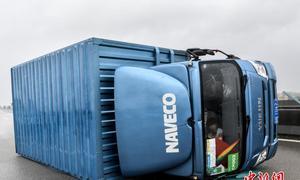 Bão xô đổ xe tải, hất văng người đi đường ở Trung Quốc