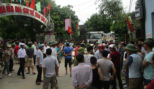 Hàng trăm người chặn đường vào công trường khai thác đá ô nhiễm